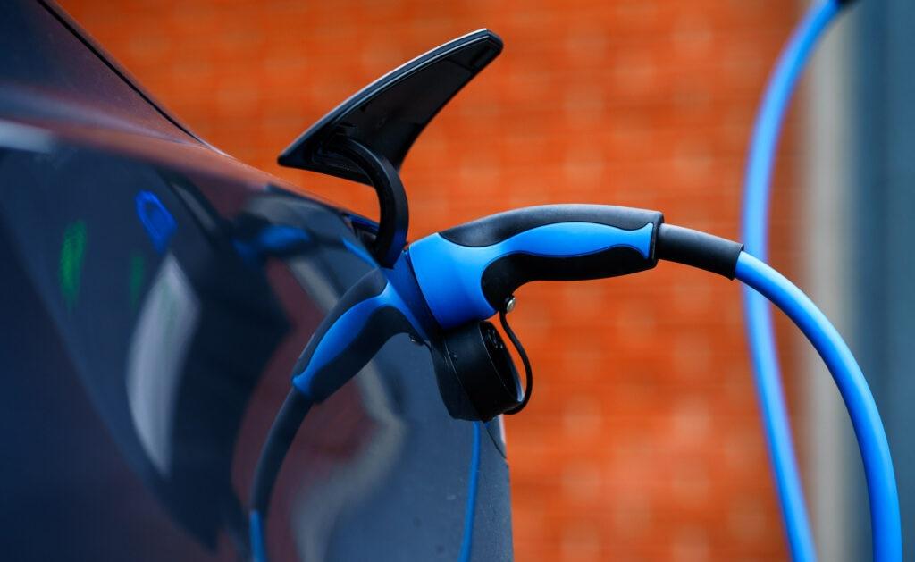 renting_interior-combustible-gasolina-renting-coche-automovil-electrico-alquiler-ventaja-venta-movilidad-sostenibilidad