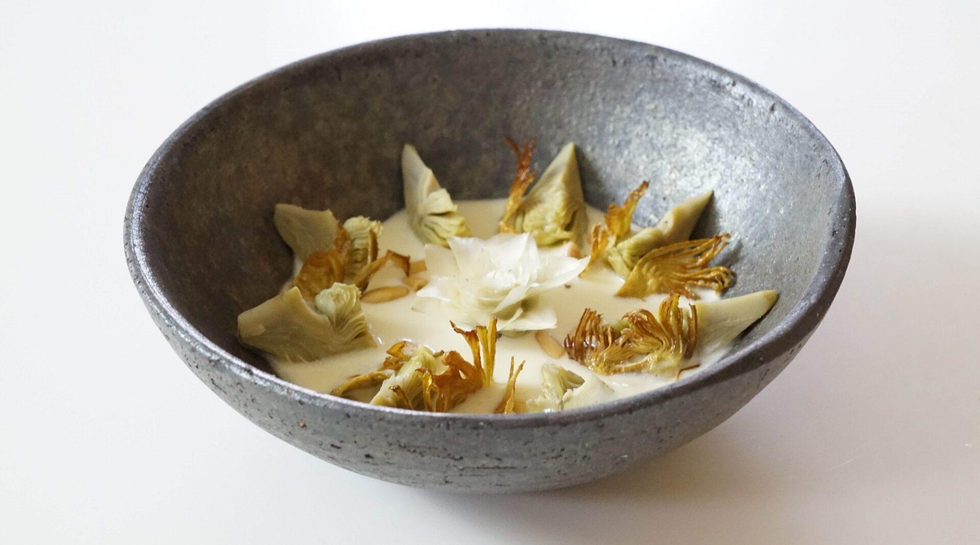 veloute-alcachofa-flor-alcachofa-piñones-queso-galmesano-bbva-gastronomia-sostenible-celler-joan-roca