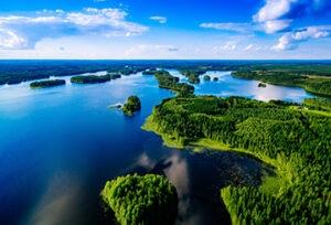 Finlandia-paisaje-natural-energia-limpia-sostenibilidad-embalse-agua