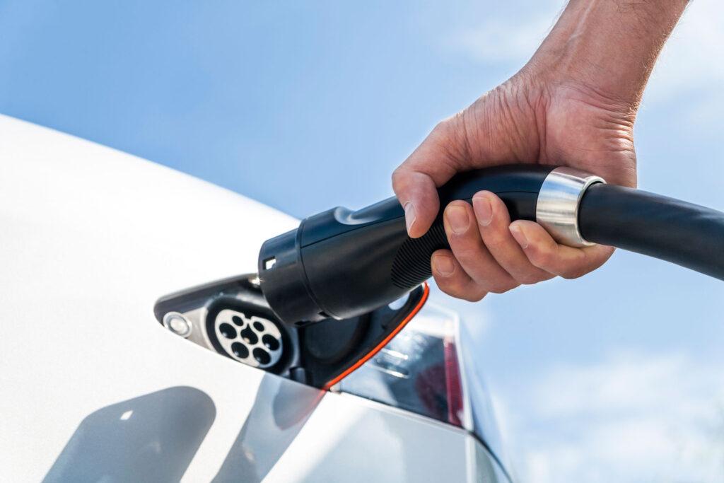 ¿Cuáles son los beneficios de los autos híbridos y eléctricos para las finanzas y el ambiente?