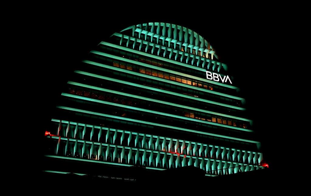 La-Vela-se-ilumina-de-verde-por-la-Cumbre-del-Clima-de-Madrid
