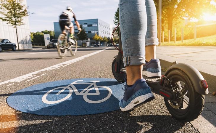BBVA-patinete-electrico-sostenibilidad-transporte-renovable-cuidado-medioambiente-movilidad-renovable