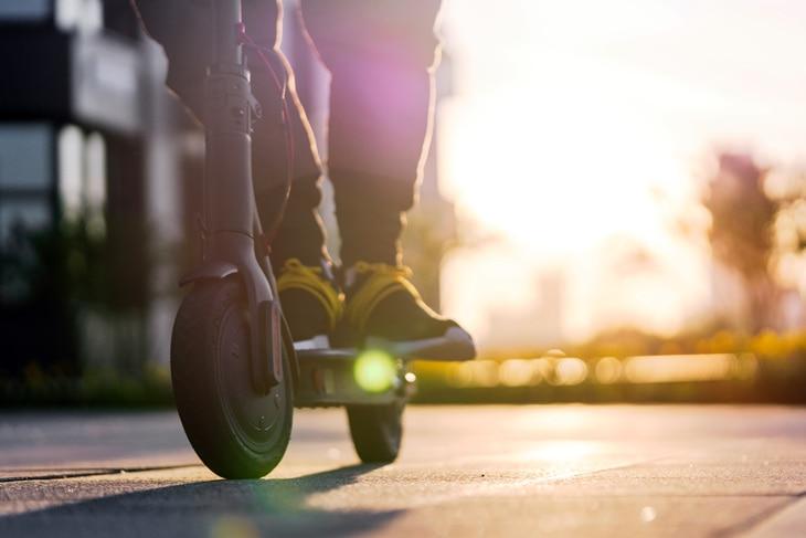 BBVA-patinete-electrico-ventajas-transporte-responsable-sostenible-cuidado-carreteras-ciudad-movilidad