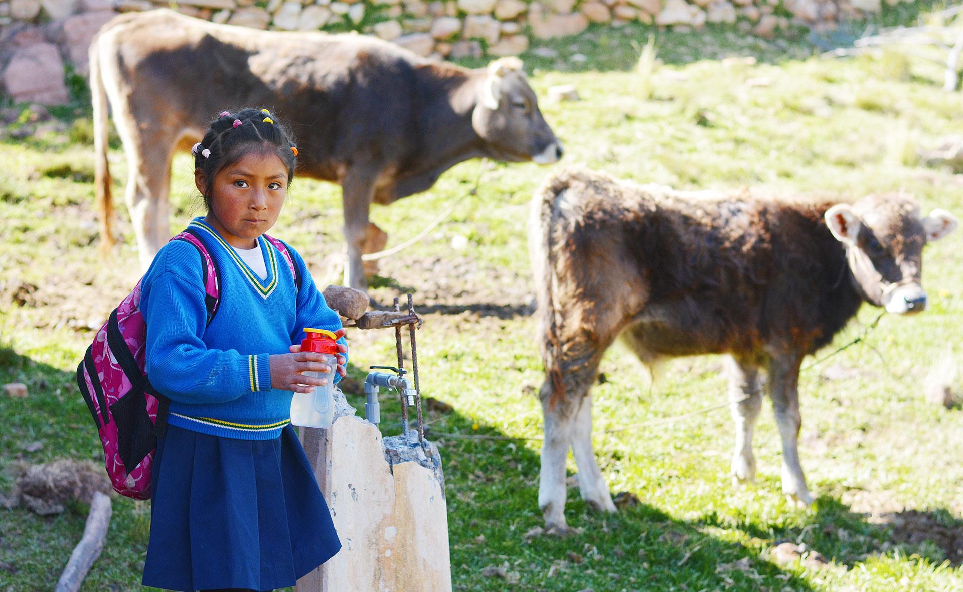 BBVA-Podcast-Yachay-profe-niña-vaca-ganaderia-educacion