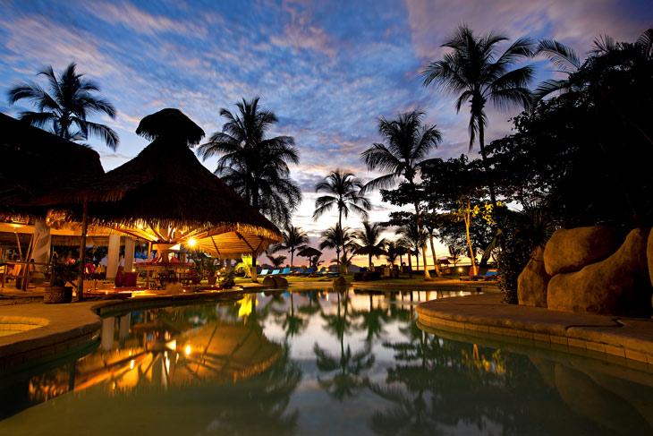 BBVA-hoteles-sostenibles-vacaciones-paisaje-palmeras-viajeros-sostenibilidad-vuelos-destinos-verano-alojamientos-
