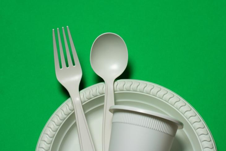BBVA-innovacion-reciclaje-sostenibilidad-uso-plasticos-cubiertos-usar-tirar-
