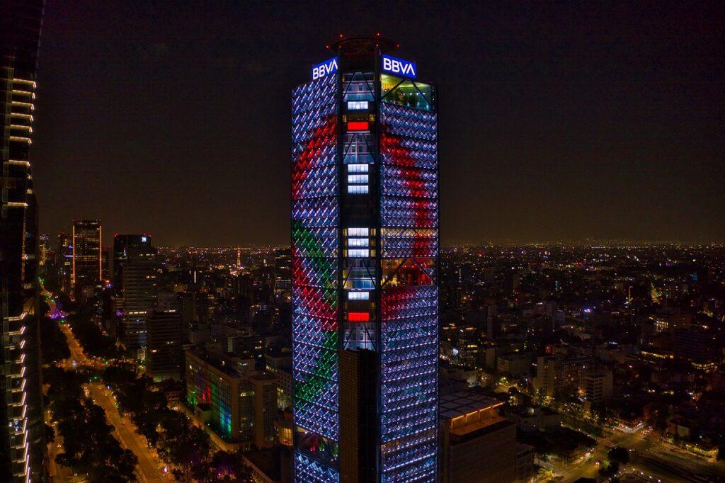 La Torre BBVA México se ilumina con el espíritu olímpico de Tokio 2020