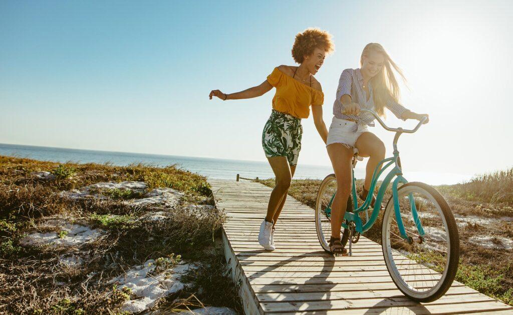 vacaciones_sostenibles-bbva-consejos-verano-ahorro-energia-cuidado-planeta-medioambiente-viajes-sostenibilidad-playa-sol