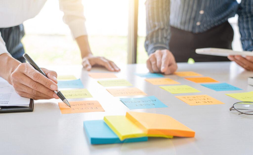 diseñar-estrategias-empresa-innovación_bbva-agile-equipo-trabajo-funcio-tareas-actividades-reuniones-post-it