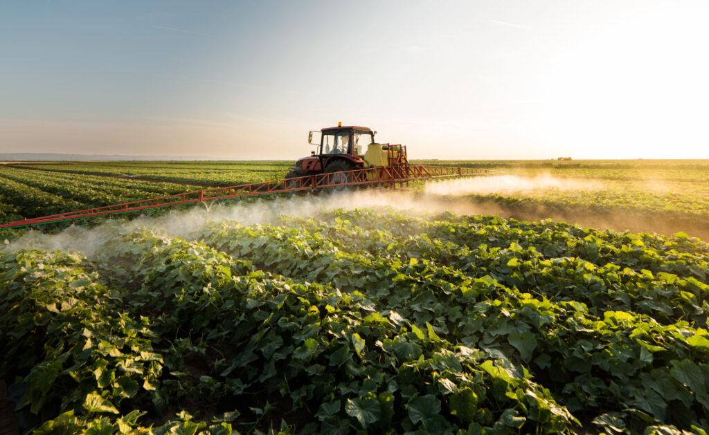 herbicida-ecologico-plagas-campo-cultivos-tractor-agricultura-sostenibilidad