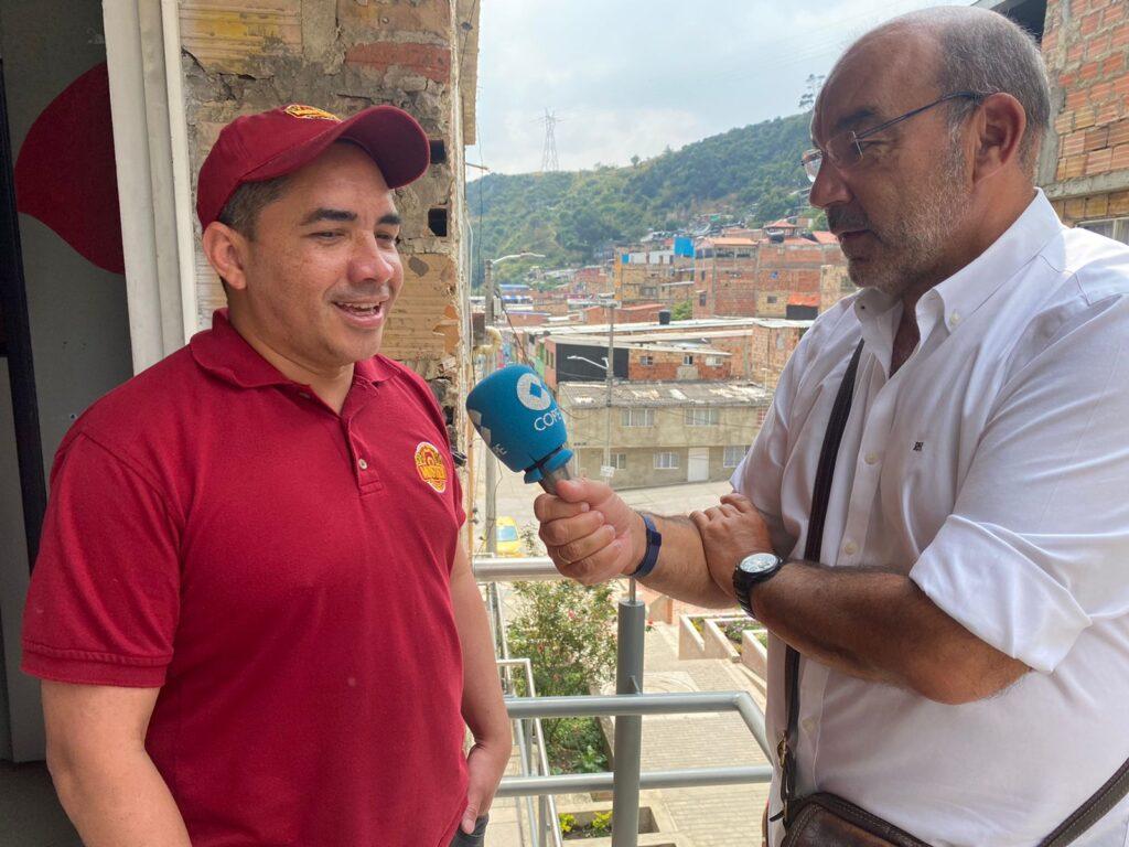Ángel Expósito, de COPE, habla con la hija de Ninfa Herrera, emprendedora indígena atendida por FMBBVA en Colombia