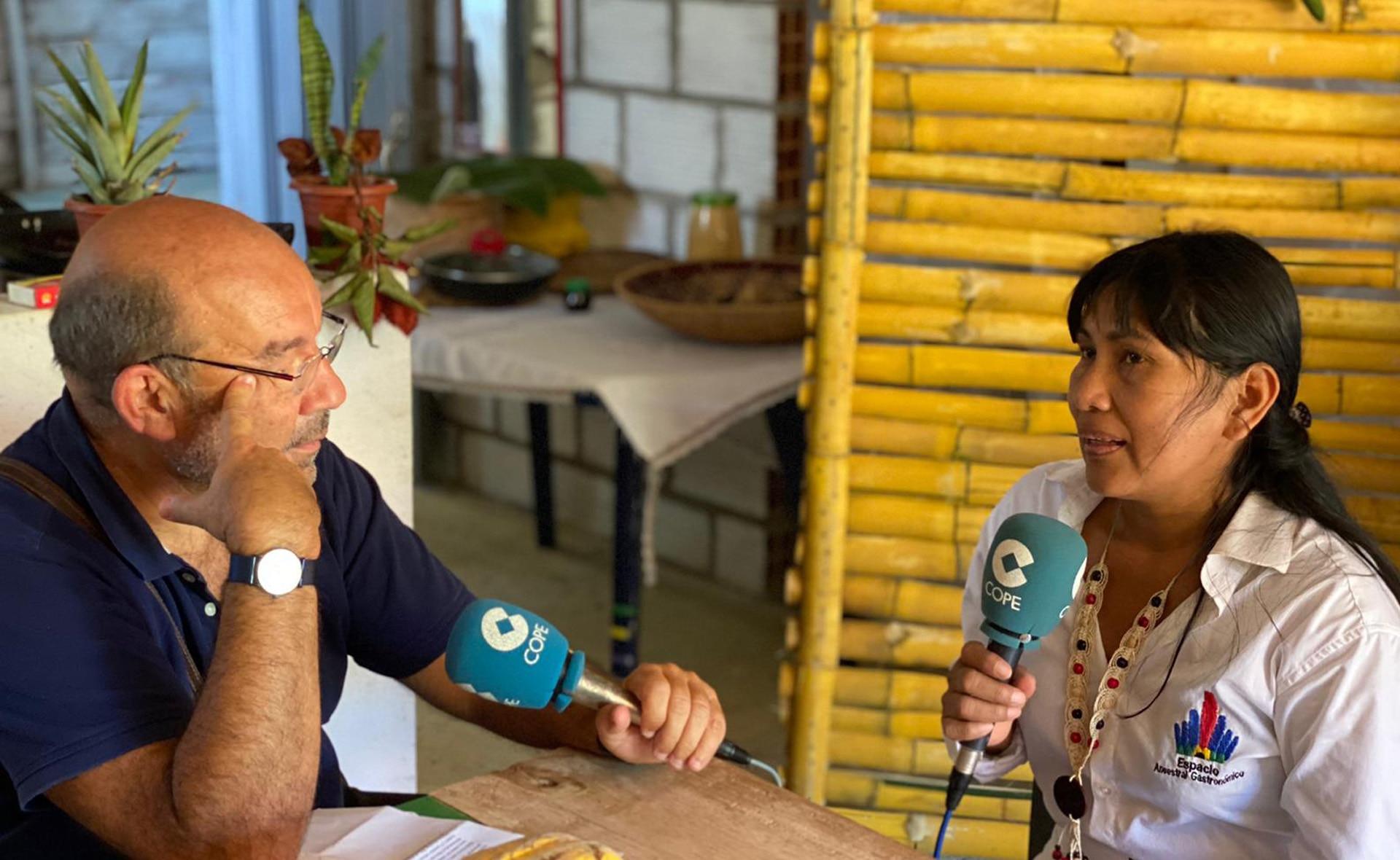 Ninfa Herrera, emprendedora FMBBVA, hablando con Ángel Expósito, de COPE