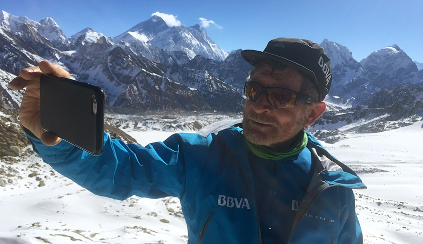 Photograph of Carlos Soria takes a selfie with the Annapurna- BBVA