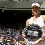 Picture of Garbiñe Muguruza holding her prize - BBVA