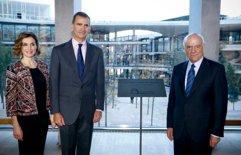 Picture of the kings of Spain with Francisco González at Ciudad BBVA