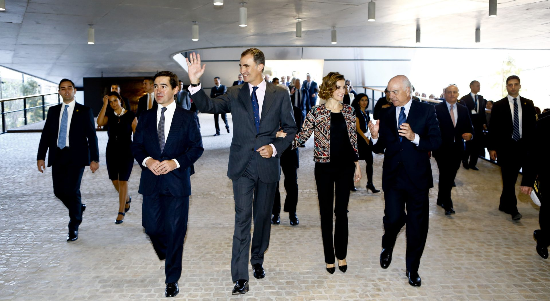 Picture of the King and Queen of Spain with Francisco González and Carlos Torres Vila during their visit to Ciudad BBVA