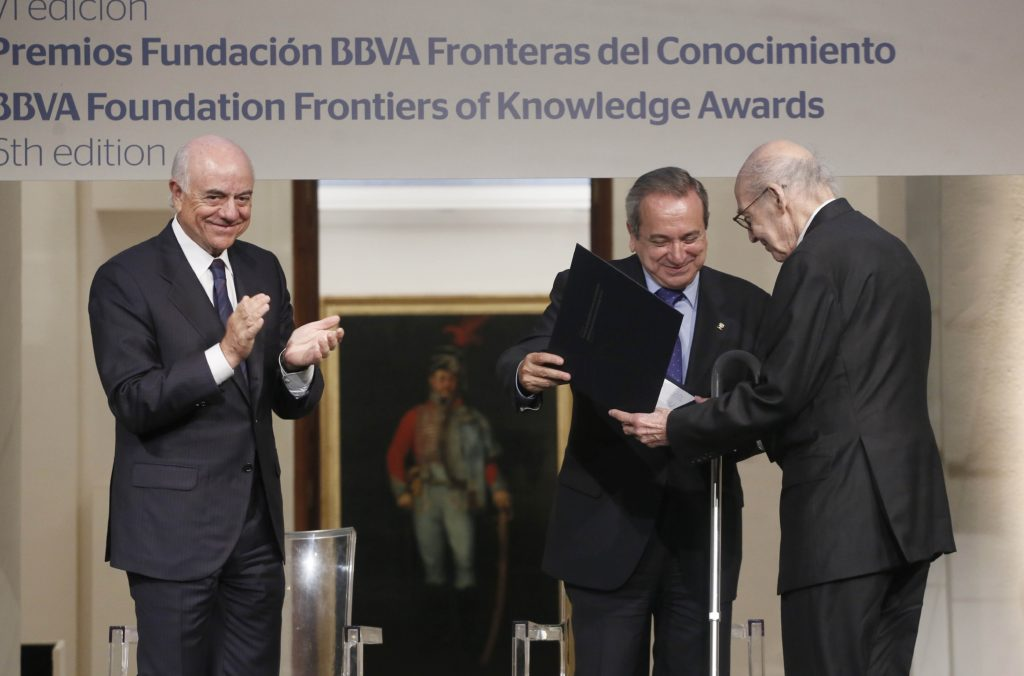 Picture of Marvin Minsky awarded by the BBVA Foundation with chairman Francisco Gonzalez