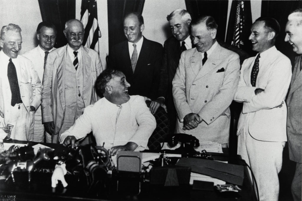 Roosvelt signing Banking Act in 1935