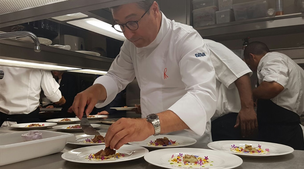 Picture of Joan Roca cooking in London during the BBVA Roca Tour 16