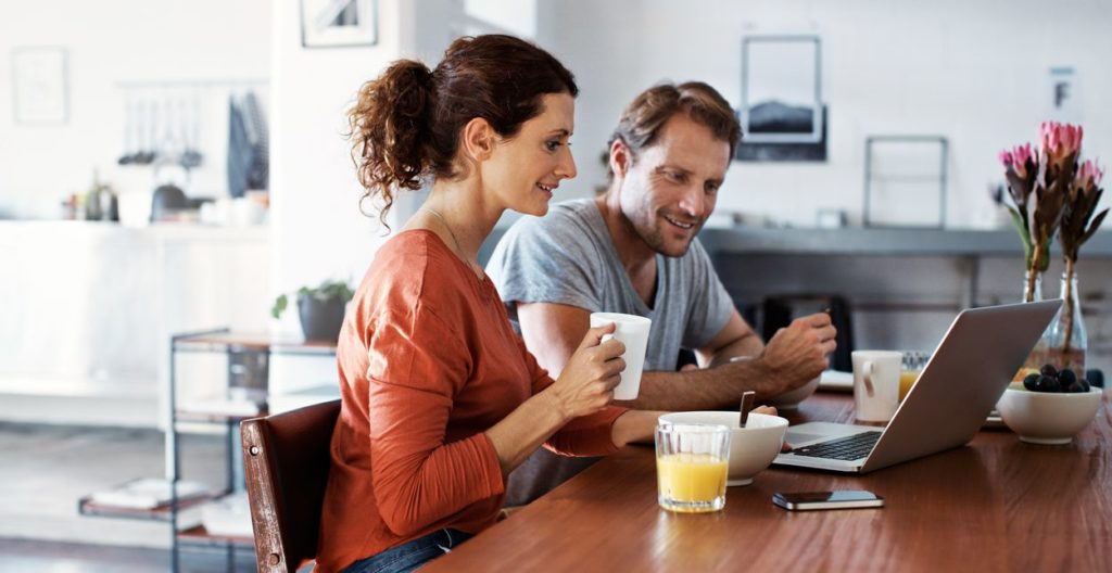 mobile-banking-computer-laptop-couple-home-payment-bbva
